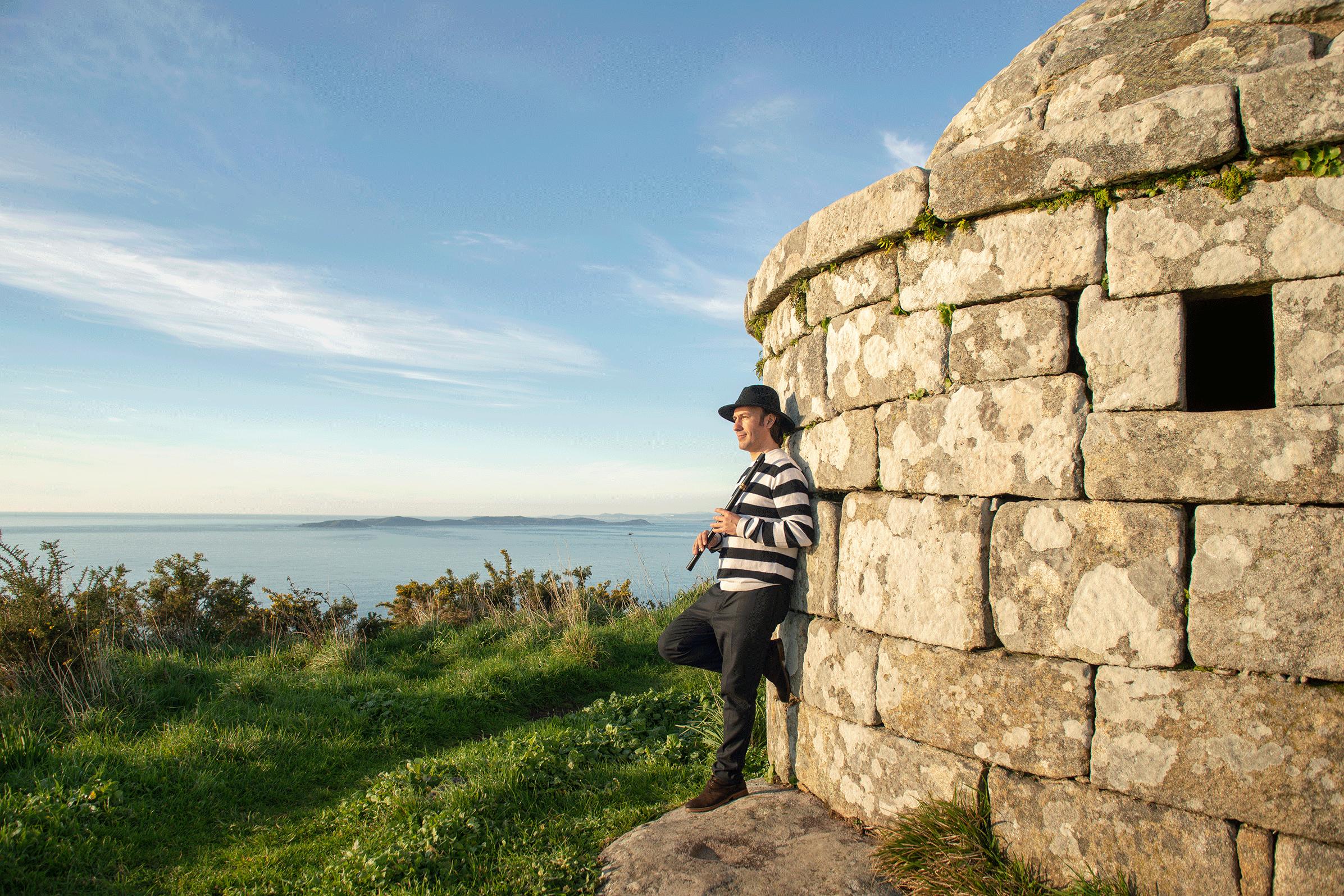 (Español) Carlos Núñez arranca en la Bodega Rectoral de Amandi su girapor lugares especiales de Galicia