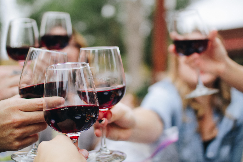 Cómo organizar una cata de vinos para divertirse con los amigos y sobrevivir en el intento